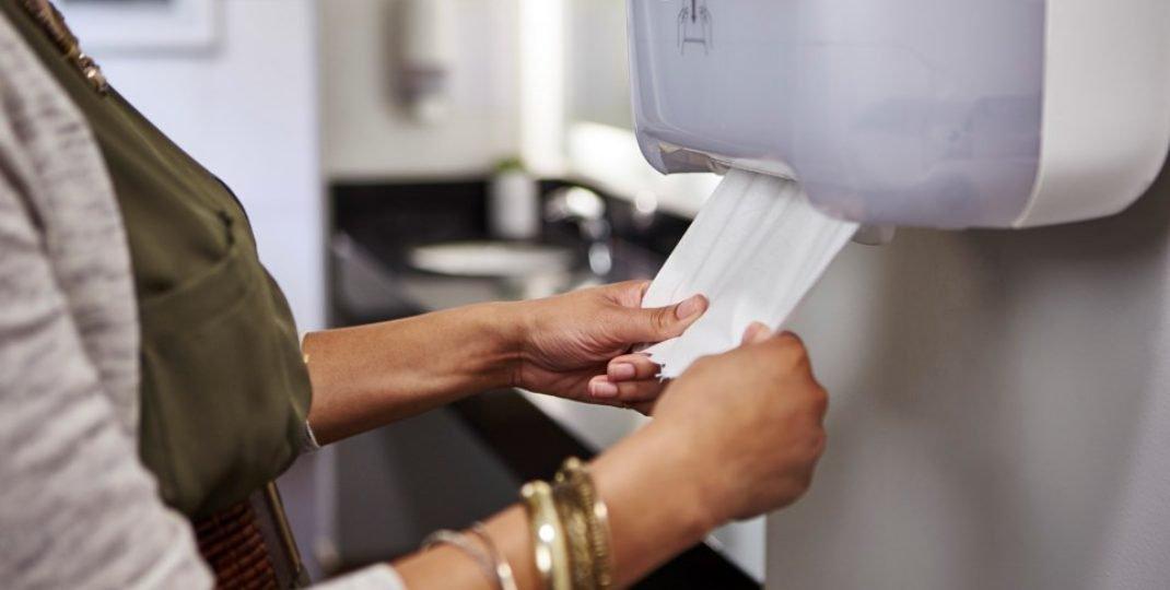 4 zalety automatycznych pojemników na ręczniki papierowe