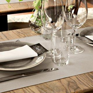 Obowiązkowa dekoracja restauracyjnego stołu, czyli serwetki flizelinowe